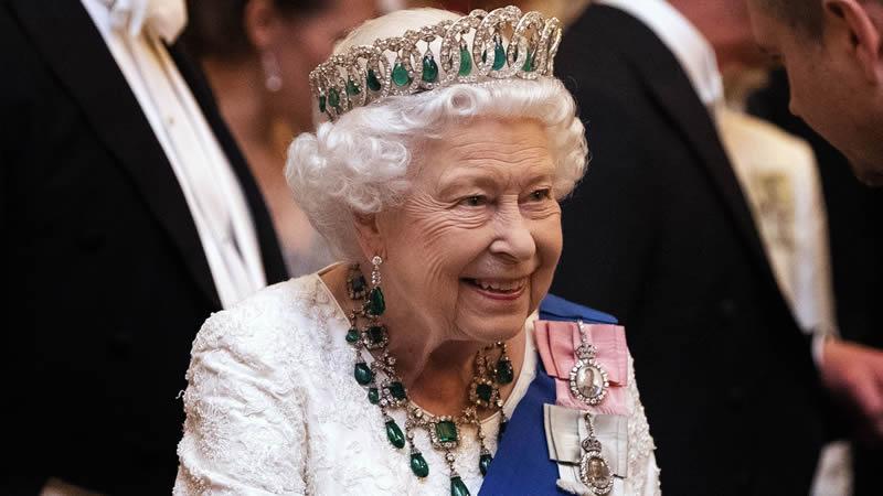 Maundy Recipients receive £5 purses from Queen Elizabeth